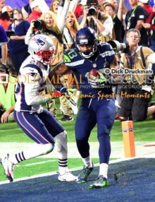 With just seconds remaining in the first half of Super Bowl XLVI, Seattle Seahawks wide receiver CHRIS MATTHEWS scores a touchdown pass as Boston Patriots cornerback LOGAN RYAN attempts to defend. The Patriots went on to win 28-24.
