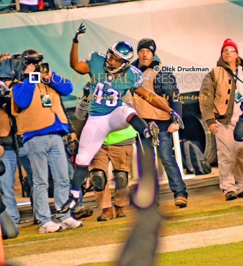 Philadelphia Eagles running back, DARREN SPROLES, celebrates scoring a touchdown against the Dallas Cowboys giving the Eagles a brief lead of 24-21 late in the third quarter. Dallas responded quickly to score again and go on to win 38-27, taking over sole possession of first place in the NFC EAST.