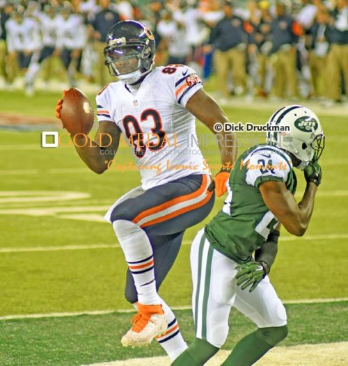Chicago Bears tight end receives his second touchdown pass from quarterback Jay Cutler in the third quarter against the New York Jets. The Bears went on to win 27-19.(AP Photo/Dick Druckman)