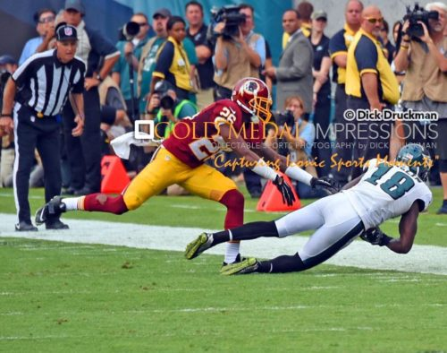 Philadelphia Eagles wide receiver Jeremy Maclin makes a critical pass reception along the Washington Redskins sidelilnes which was originally ruled incomplete and then was ruled complete after video review. Maclin had eight catches for 154yards and one touchdown leading the Eagles to a 37-34 come from behind victory over the Washington Redskins.(AP Photo/Dick Druckman)