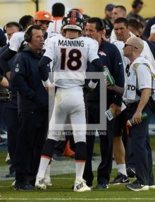 PAYTON MANNING TALKS WITH HEAD COACH GARY KUBIAK