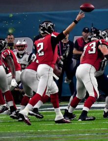 Atlanta Falcons Matt Ryan throws a 6 yard swing pas to Tevin Coleman for a TD