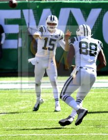 Jets QB JOSH McCOWN completes a pass to Bilal Powell