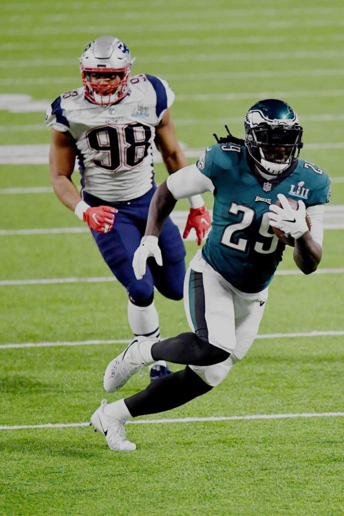 Eagles running back LE GARRETTE BLOUNT scores in the second quarter