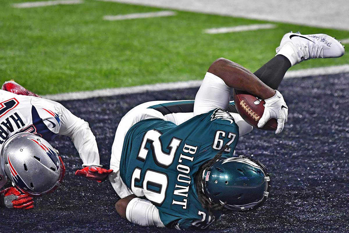 Eagles running back LE GARRETTE BLOUNT scores a touchdown in the second quarter