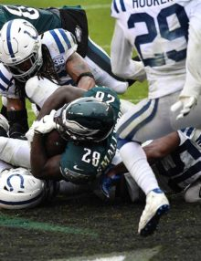 Philadelphia Eagles running back WENDELL SMALLWOOD scores the winning touchdown