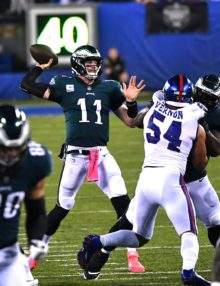 Eagles quarterback Carson Wentz throws a touchdown pass to his tight end Zach Ertz