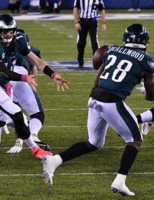 Eagles quarterback Carson Wentz pitches out to running back Wendell Smallwood