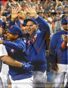 New York Mets teammates congratulate Pete Alonzo