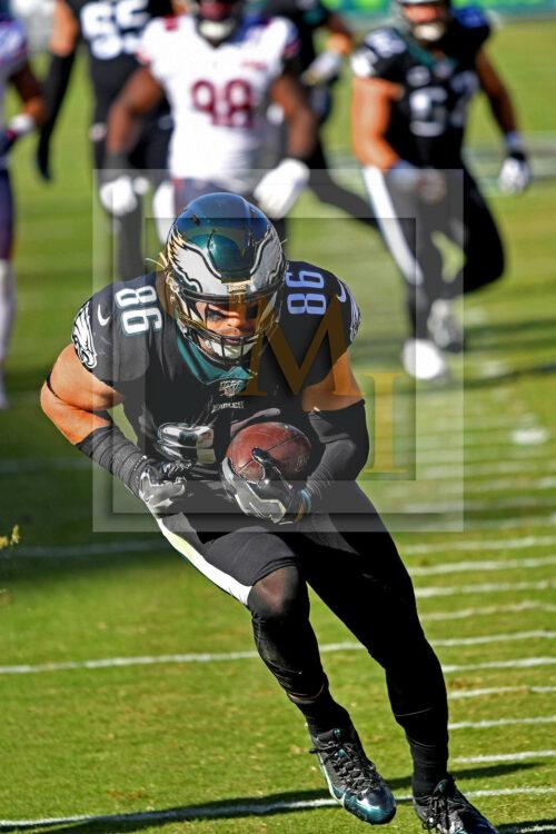 Eagles tight end Zach Ertz receives a 25 yard touchdown pass
