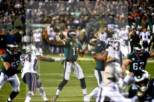 Eagles quarterback Carson Wentz throws a touchdown