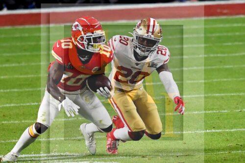 Chiefs wide receiver Tyreek Hill receives a pass