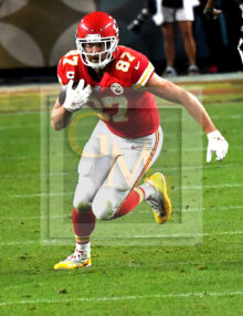 Chiefs tight end Travis Kelce receives a pass